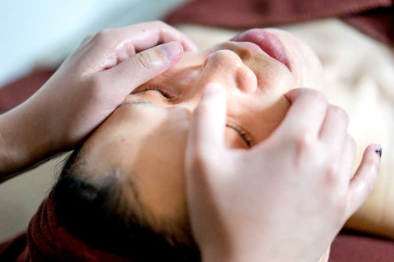 Application of Hyaluronic Acid Serum at Apple Queen Beauty