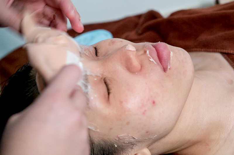 Application of Vitamin C Gold Mask at Apple Queen Beauty