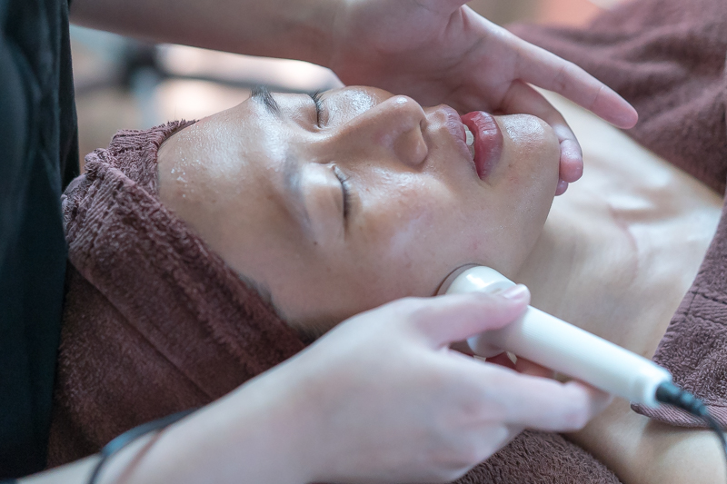 Application of Soft Chemical Hydroxy Peel at The Bund Beauty
