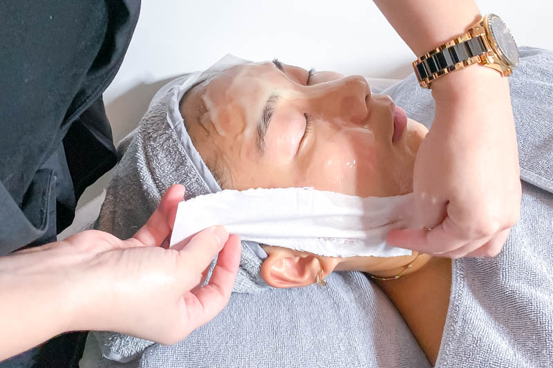 Application of 24K Gold Mask at Apple Queen Beauty
